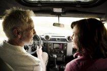 Coppia anziana in viaggio su un veicolo da fondo — Foto stock