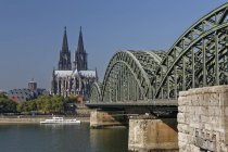 Germany, Cologne, Cologne Cathedral and Hohenzollern Bridge — Stock Photo