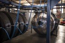 Интерьер завода по ремонту шин — стоковое фото