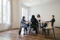 Geschäftsleute, die ein Team-Meeting im Büro — Stockfoto