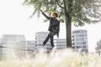 Молодой бизнесмен балансирует на распутье — стоковое фото