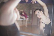 Танцовщица в танцевальной студии — стоковое фото
