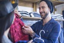 Щасливі друзів виборі одягу в магазині — стокове фото
