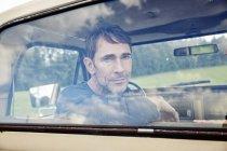 Ritratto di uomo serio seduto in furgone — Foto stock