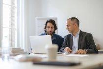 Zwei Geschäftsleute arbeiten im Amt zusammen — Stockfoto