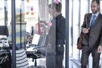 Empresários que têm uma reunião no escritório — Fotografia de Stock