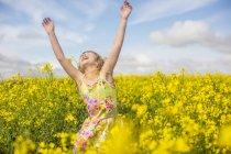Bambina che balla nel campo dello stupro — Foto stock