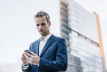 Porträt eines Geschäftsmannes mit Handy — Stockfoto