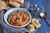 Muhammara, mergulho quente pimenta vermelha com nozes e turco pão liso — Fotografia de Stock