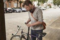 Человек блокировки велосипедов в городе — стоковое фото