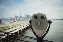 Prismáticos de monedas de Estados Unidos, Nueva York, en la isla de la libertad - foto de stock