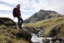 Glückliche Wanderin beim Blick auf die Berge — Stockfoto