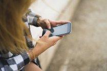 Die Hände der jungen Frau per SMS — Stockfoto
