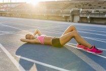 Latein-Sportlerin ruht in Rennstrecke — Stockfoto