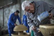 Людина, що працює над Кераміка промислова горщик заводі — стокове фото