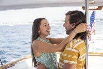 Glückliches Paar auf einer Bootsfahrt, seelandschaft auf Hintergrund — Stockfoto