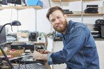 Lavoratore in riciclaggio pianta rimozione ACCU da laptop computer — Foto stock