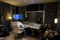 Gravação musical em um estúdio de gravação — Fotografia de Stock