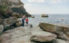 Nonno e nipote pescano insieme al mare — Foto stock