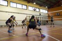 Volleyball-Spieler den Ball während eines Volleyball-Matches zu graben — Stockfoto