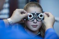 Ragazza che fa il test degli occhi da optometrista — Foto stock