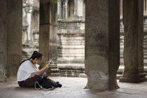 Cambogia, Siem Reap, Angkor Wat, turista che fotografa il tempio con smartphone — Foto stock