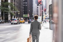 Businesswoman walking in Manhattan, USA, New York — Stock Photo