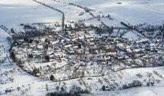 Alemanha, Tiefengruben, vista aérea da aldeia no inverno — Fotografia de Stock