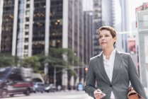 Businesswoman walking in Manhattan with cell phone, USA, New York — Stock Photo