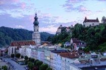 Німеччина, Burghausen, видом на місто в сутінки — стокове фото
