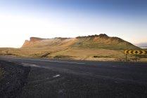 Исландия, Вик, пейзаж с горами и дорогой — стоковое фото