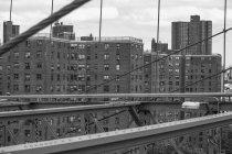 США, Нью-Йорк, переглянути в декількох сімей будинки з Бруклінський міст — стокове фото