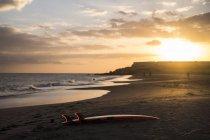 Planche de Surf Espagne, Tenerife, sur la plage au coucher du soleil — Photo de stock