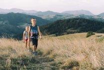 Italien, Gubbio, zwei Kinder Wandern im Apennin am Abend — Stockfoto