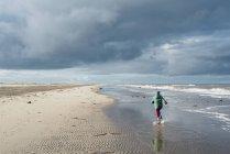 Kind läuft am Strand, Ostsee — Stockfoto