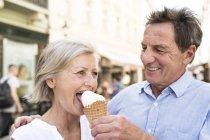 Casal sênior feliz com cone de sorvete — Fotografia de Stock