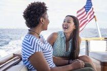 Zwei glückliche junge Frauen auf Bootsfahrt — Stockfoto