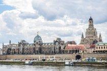 Німеччина, Дрезден, річки Ельби з Фрауенкірхе та Академії візуальних мистецтв — стокове фото