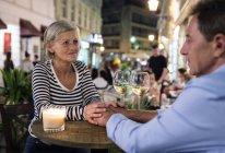 Couple de personnes âgées boire du vin à un bar extérieur — Photo de stock
