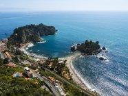 Paesaggio marino con vista sulla città costiera, Sicilia, Italia — Foto stock