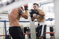Zwei kaukasischen Boxer kämpfen im Boxring — Stockfoto