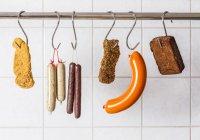 Vegani e vegetariani salsicce e bistecche che appendono sugli ami — Foto stock