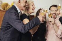 Freunden Silvester feiern, trinken Champagner — Stockfoto
