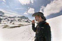 Uomo escursioni in montagna, Spagna, Asturie, Somiedo — Foto stock