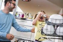 Verspielte Tochter und Vater clearing-Geschirrspüler — Stockfoto