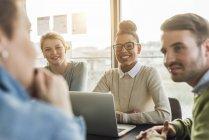 Colleghi in ufficio moderno che hanno la riunione — Foto stock