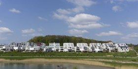 Alemania, Renania del Norte-Westfalia, Dortmund, Hoerde, lago Phoenix, establecimiento con edificios modernos - foto de stock
