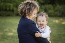 Nonna e sua nipote poco felici insieme nel parco — Foto stock