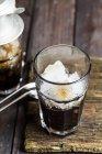 Vista del primo piano di caffè ghiacciato vietnamita in vetri su legno — Foto stock