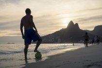 Brasil, Rio De Janeiro, hombre de pie con pelota en la playa de Ipanema - foto de stock